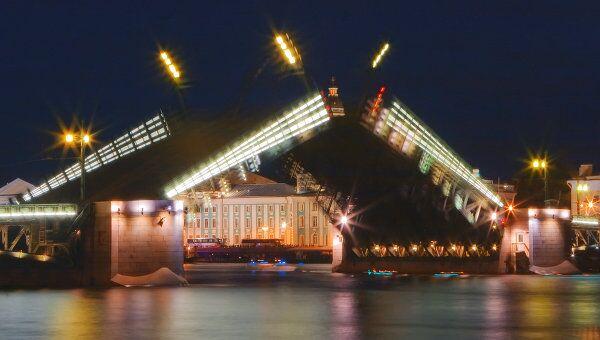 Разводка Дворцового моста в Санкт-Петербурге. Архив