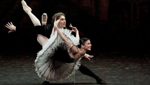 Наталья Осипова и Иван Васильев исполняют па-де-де из балета Людвига Минкуса Дон Кихот на сцене Александринского театра в рамках фестиваля балета Dance open.