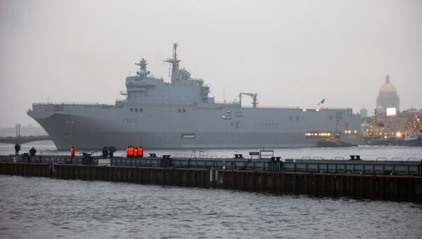 Корабль-вертолетоносец класса Мистраль в Санкт-Петербурге. Архивное фото