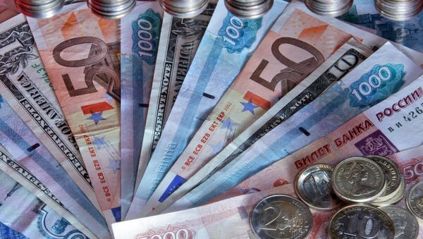 Денежные купюры и монеты разных стран, архивное фото