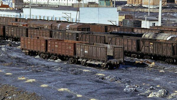 Грузовые составы на железной дороге. Архивное фото