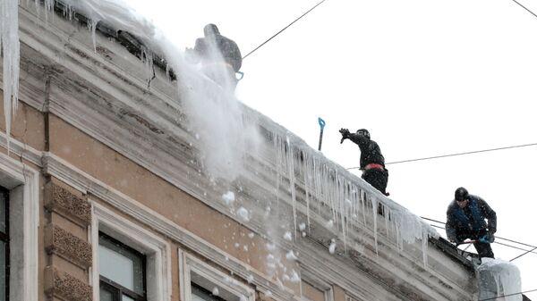 Уборка снега с крыш, архивное фото