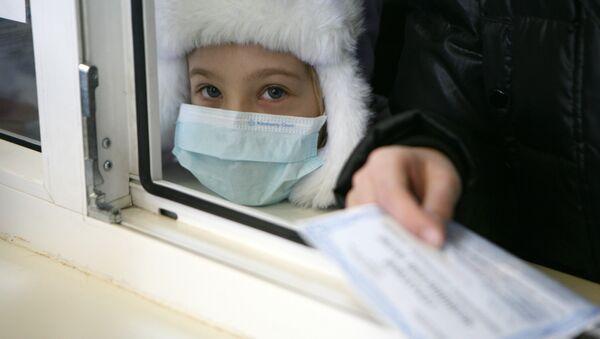 Ребенок в медицинской маске. Архивное фото