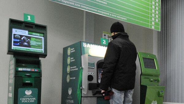Клиент Сбербанка у банкомата