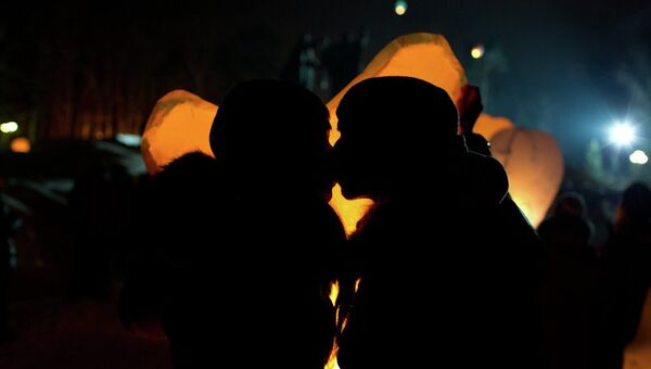 Запуск небесных фонариков на День святого Валентина