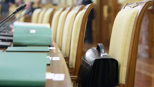 Портфель в кресле в зале заседаний. Архивное фото.