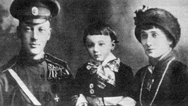 Поэты Николай Гумилев и Анна Ахматова с сыном Львом. Архив