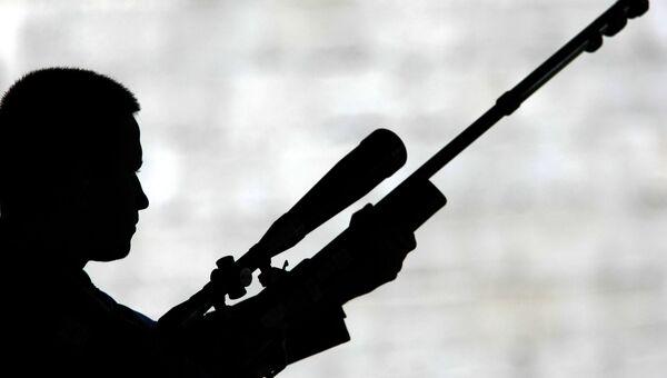 Человек с малокалиберной винтовкой. Архивное фото