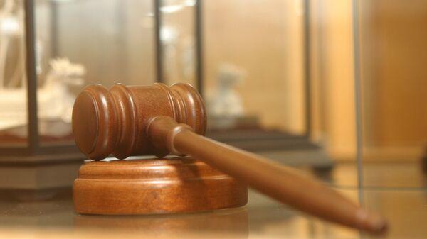 Молоточек судьи в витрине подарков в Госдуме