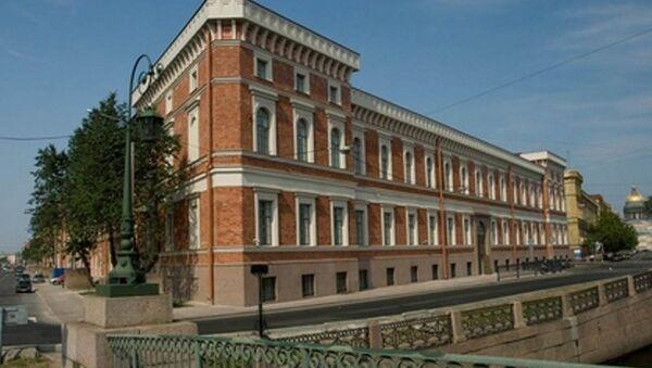 Здание Центрального военно-морского музея со стороны Поцелуева моста
