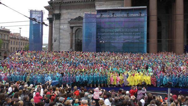 Хор из четырех тысяч человек час пел у Исаакиевского собора в Петербурге