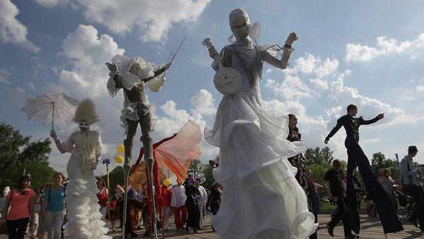 Шествие артистов на открытии фестиваля уличных театров