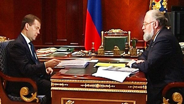 Медведев поручил Чурову проверить сведения о нарушениях на выборах