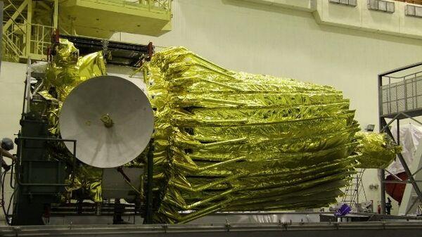 Российский космический радиотелескоп Радиоастрон (Спектр-Р) перед накаткой головного обтекателя ракеты-носителя