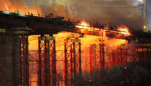 Пожар на строящемся мосту через бухту Золотой Рог во Владивостоке