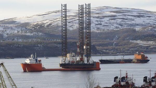 Самоподъемная плавучая буровая установка Кольская в Кольском заливе на грузовом судне Трансшельф