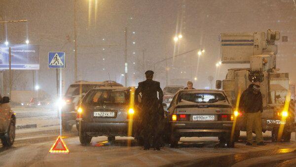 Снег в преддверии выходных осложнил ситуацию на дорогах Москвы