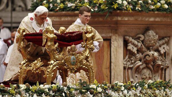 Папа Римский Бенедикт XVI проводит в Соборе Святого Петра в Ватикане торжественную мессу по случаю Рождества Христова