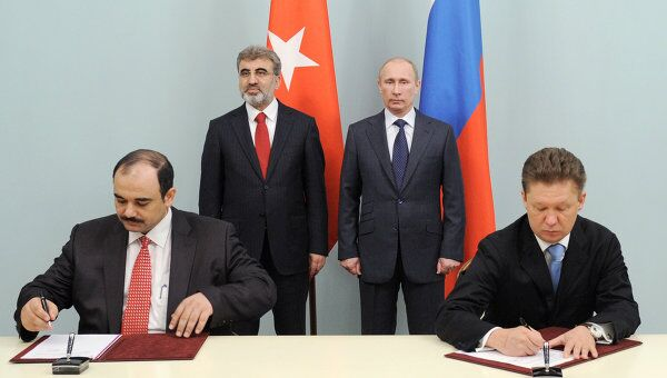 Председатель правительства России Владимир Путин и министр энергетики и природных ресурсов Турции Танер Йылдыз во время церемонии подписания контракта о поставках газа в Турцию до 2021 и 2025 годов