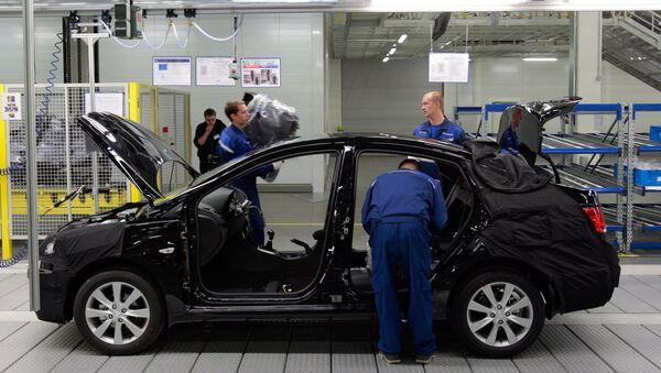 Работа на главном конвеере по производству автомобилей Hyundai Solaris на заводе компании Хендэ Мотор Мануфактуринг Рус. Архивное фото