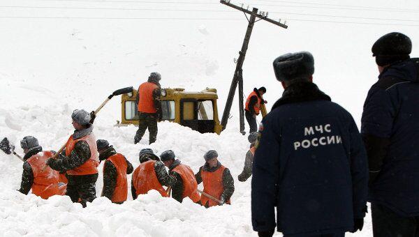 Расчистка дороги при сходе снежной лавины. Архивное фото
