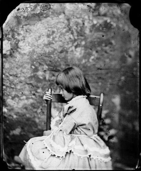 Фотография Алисы Лидделл, сделанная Льюисом Кэрролом летом 1858 года