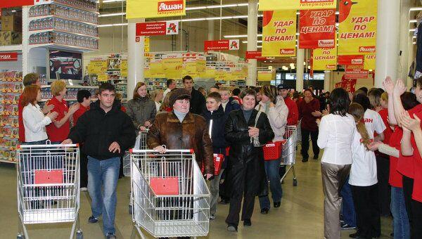 Покупатели в торговом центре Ашан. Архивное фото