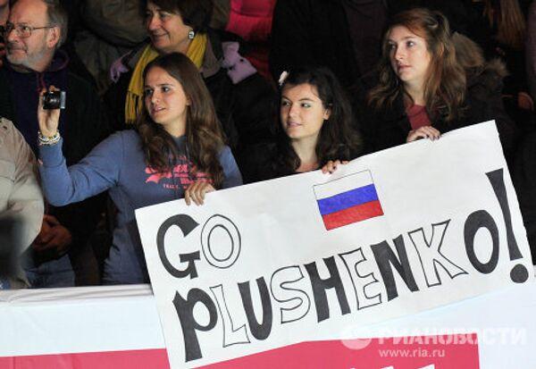 Зрители приветствуют российского фигуриста Евгения Плющенко
