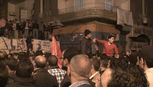 Футбольные болельщики сносят бетонные ограждения у здания МВД в Каире