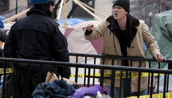 Полицейский и участник акции Захвати Вашингтон на площади Макферсон