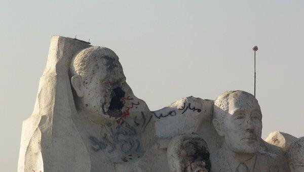 Постамент Хосни Мубарака, разрушенный во время народных волнений в начале 2011 года