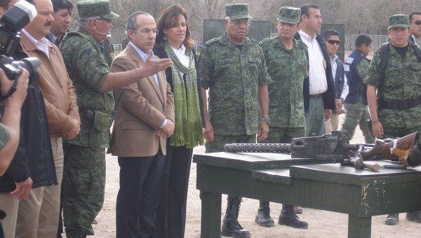 Президенту Мексики показывают конфискованное оружие