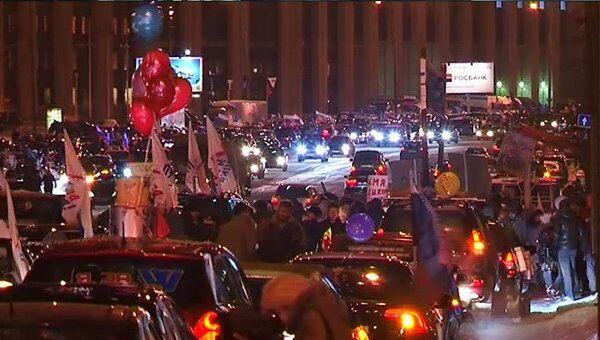 Сторонники Путина украшают машины наклейками перед автопробегом в Москве