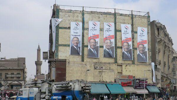 Плакаты с портретом Амра Мусы на площади Атаба в Каире. Архив