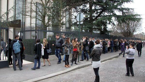 Небывалые очереди выстроились на избирательном участке в посольстве РФ в Париже