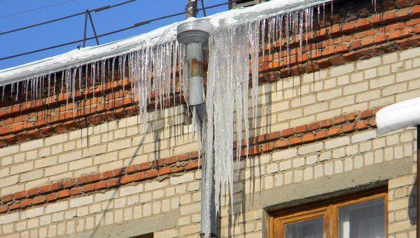 Снег и лед на крышах домов. Архив