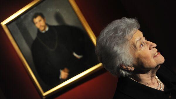 Директор Государственного музея изобразительных искусств имени Пушкина Ирина Антонова на выставке картины Тициана Портрет неизвестного с серыми глазами