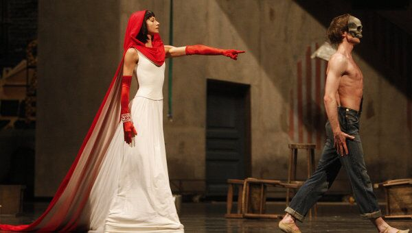 Екатерина Кондаурова в роли Смерти и Владимир Шкляров в роли Юноши в сцене из балета Ролана Пети Юноша и Смерть
