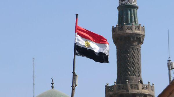 Флаг Египта на фоне мечетей