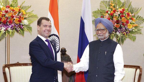 Президент РФ Дмитрий Медведев (слева) во время встречи с премьер-министром Индии Манмоханом Сингхом