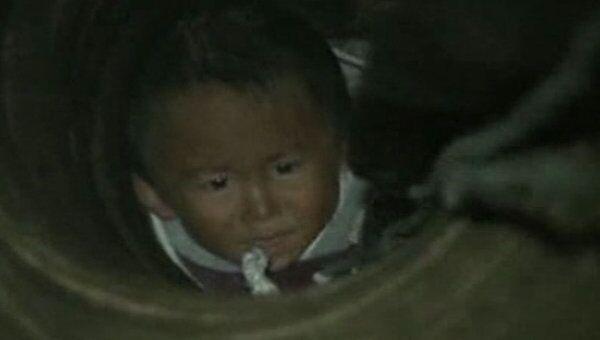 Двухлетнего малыша достают из узкого колодца с 12-метровой глубины