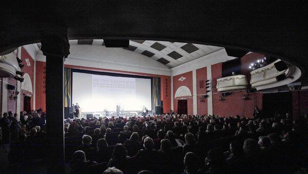 Зрители в кинотеатре. Архив