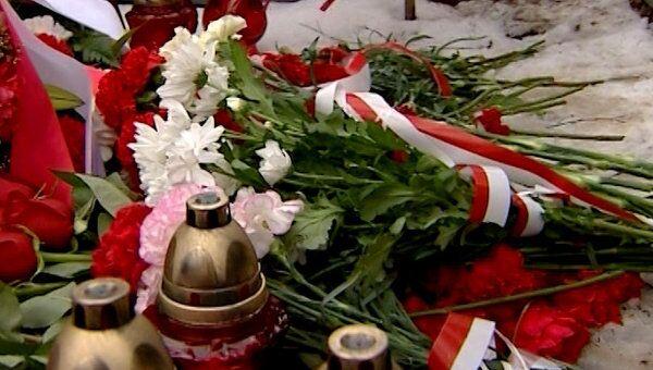 Сотни цветов и свечей принесли к месту крушения Ту-154 под Смоленском