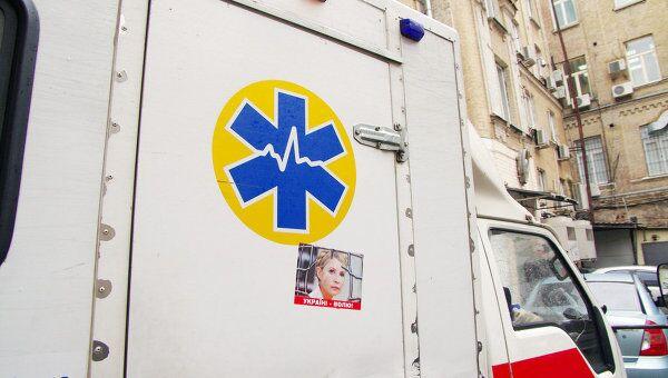 Машина скорой помощи во дворе здания в Печерского районного суда города Киева