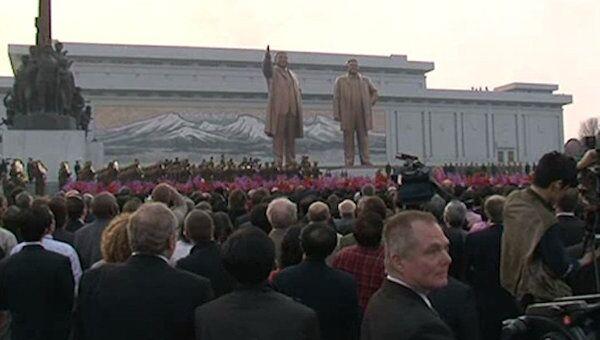 Самый большой в КНДР памятник Ким Чен Иру корейцы завалили цветами