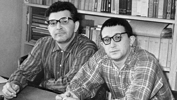 Аркадий и Борис Стругацкие. Архивное фото