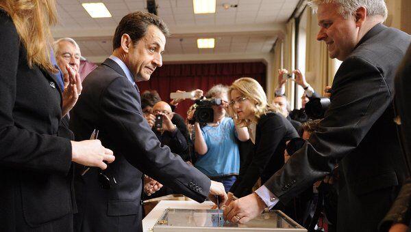 Николя Саркози голосует на выборах во Франции