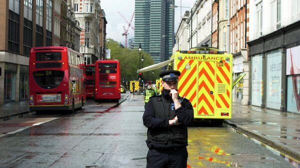 Полиция работает у офисного здания компании Advantage в центре Лондона, где неизвестный мужчина захватил заложников