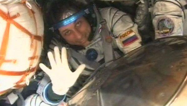 Первые минуты космонавтов корабля Союз ТМА-22 на Земле