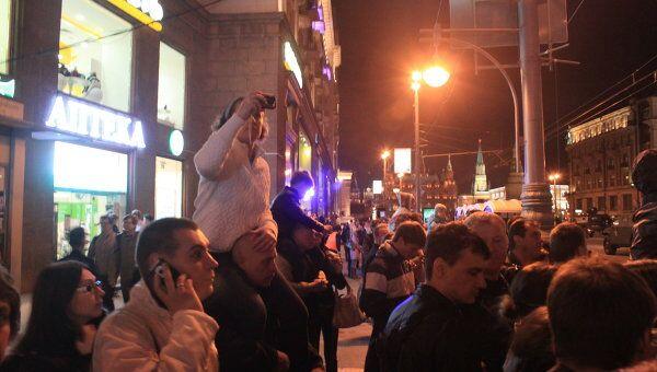 Москвичи пришли посмотреть ночную репетицию парада Победы